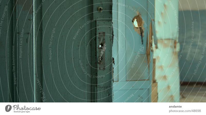 3 Doors dreckig Holz Holzmehl Tür door blau blue old alt waste lit Burg oder Schloss key iwan Loch