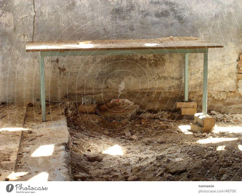 gleichgewicht alt Holz Zufriedenheit Tisch Baustelle Ruine antik Staub wackelig