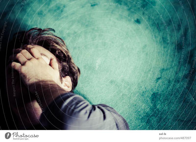 Mensch Jugendliche grün Einsamkeit Junger Mann 18-30 Jahre Erwachsene dunkel Traurigkeit liegen Angst maskulin trist Trauer Zukunftsangst Müdigkeit