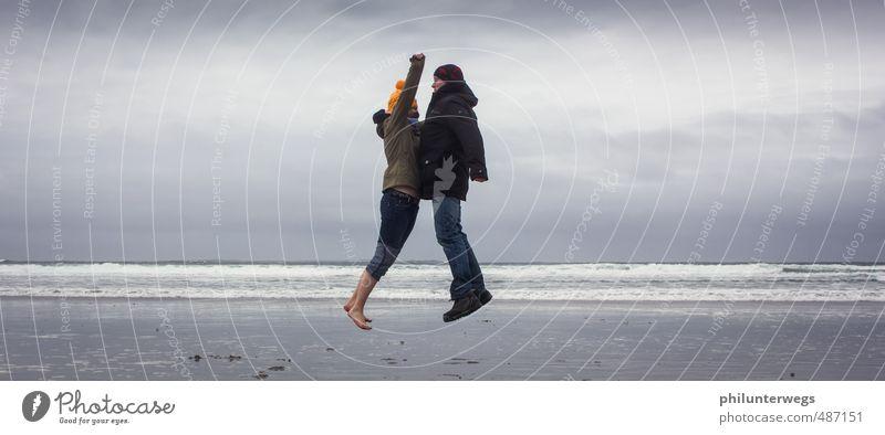 Bauchklatscher Lifestyle Freude sportlich Fitness Schwimmen & Baden Sport Sport-Training Mensch Paar Jugendliche 2 Wellen Küste Strand Sand Erholung springen