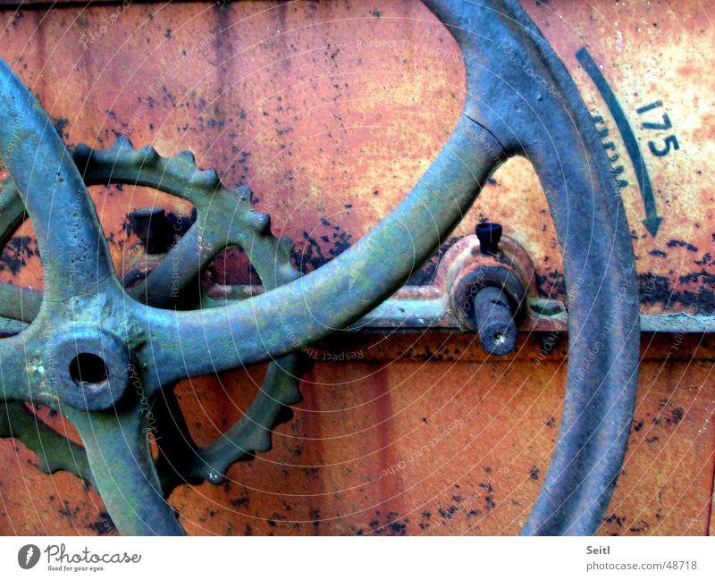 Schwungrad Maschine Kurbel Antiquität Eisen rot alt Museum Rost blau Zahnrad verfallen