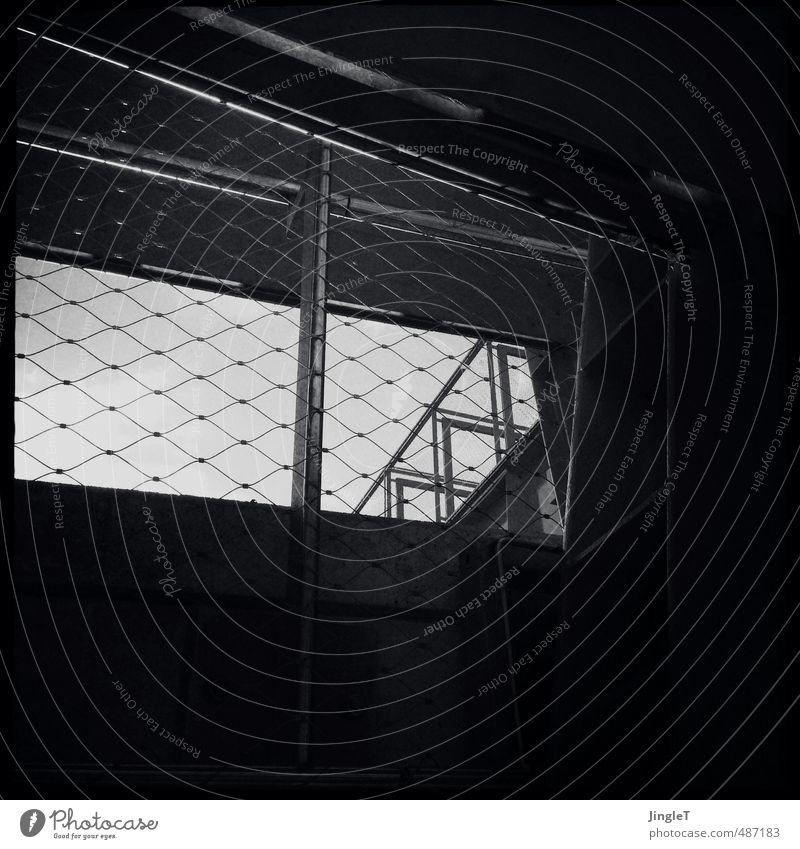 brückentag Stadt weiß schwarz Architektur gehen Brücke Sicherheit Schutz Fahrradfahren Netz Treppengeländer Säule Fußgänger Stadtrand
