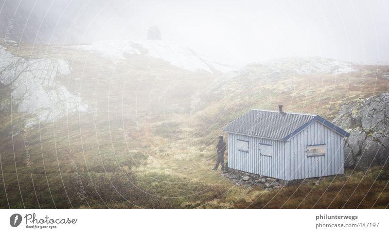 Der schwarze Mann Mensch Natur Wasser Einsamkeit Wolken dunkel kalt Umwelt Berge u. Gebirge Gefühle Herbst natürlich Felsen Stimmung Regen Nebel