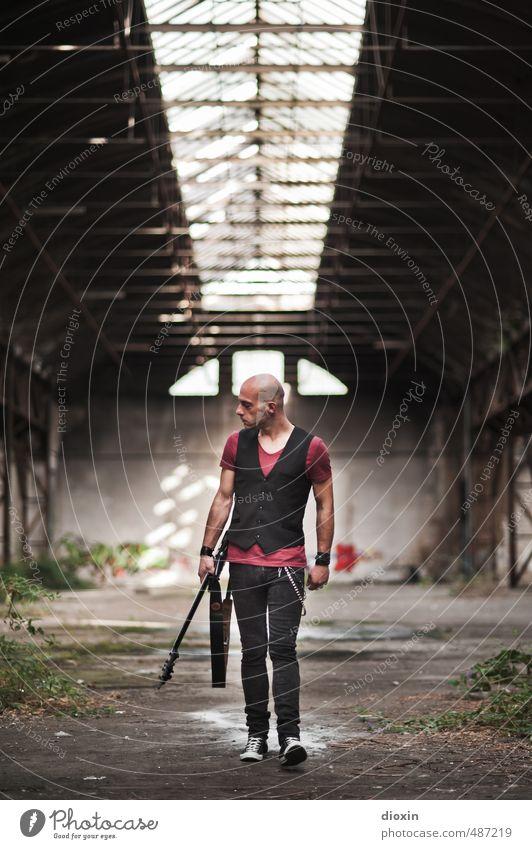 never look back! Mensch Jugendliche Mann Stadt Einsamkeit 18-30 Jahre Junger Mann Erwachsene Gebäude gehen maskulin Kraft laufen Coolness einzigartig