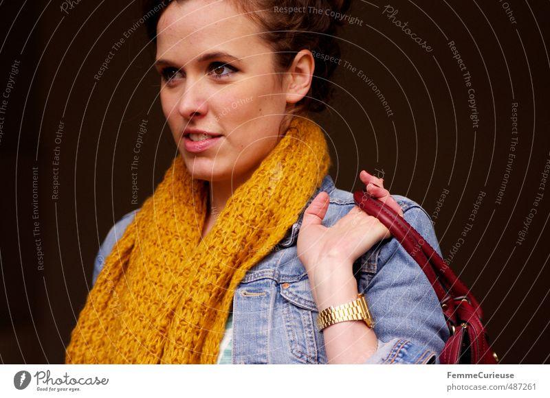 Autumnal Woman (VIII). Lifestyle elegant Stil schön feminin Junge Frau Jugendliche Erwachsene 1 Mensch 18-30 Jahre Schal gestrickt gelb Handtasche rot