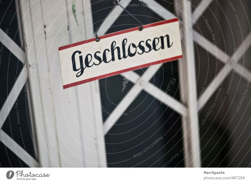 Klipp & klar alt Stadt weiß rot Haus schwarz Gebäude Metall Tür Glas Schilder & Markierungen geschlossen Schriftzeichen Hinweisschild retro historisch