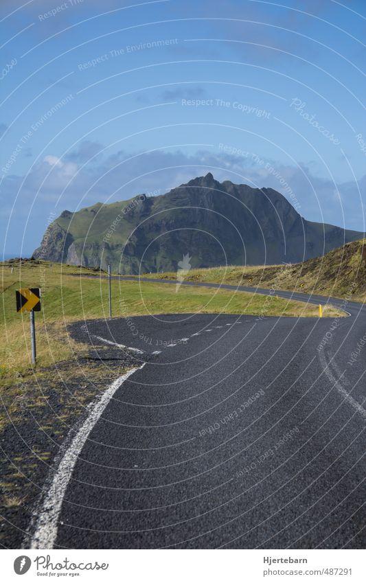 Fellavegur Umwelt Natur Landschaft Himmel Wolken Herbst Schönes Wetter Moos Hügel Felsen Berge u. Gebirge Gipfel Island Menschenleer Straße Verkehrszeichen