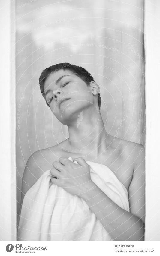 Glas II Mensch feminin Junge Frau Jugendliche Erwachsene 1 18-30 Jahre Fenster Stoff brünett kurzhaarig atmen träumen verblüht ästhetisch schön nackt grau weiß