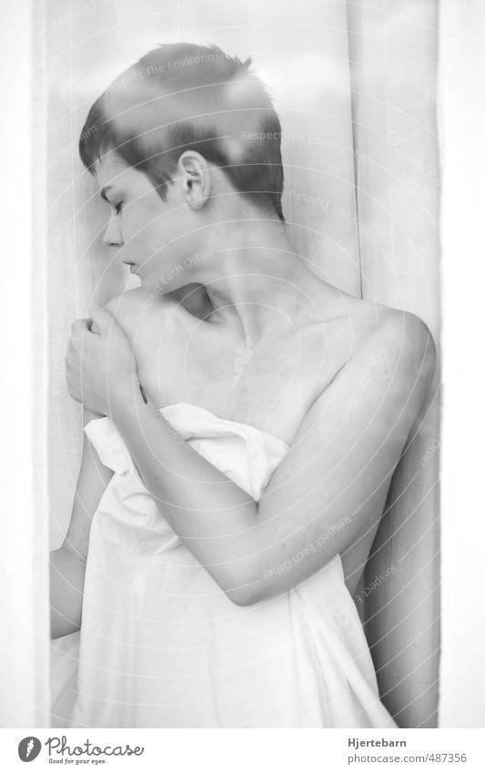 Glas I Mensch feminin Junge Frau Jugendliche Erwachsene Haut 1 18-30 Jahre brünett kurzhaarig berühren träumen Traurigkeit ästhetisch Leidenschaft
