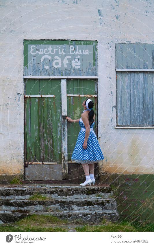 Electric Blue Cafe´ feminin Frau Erwachsene 1 Mensch Tanzen Kultur Rockabilly Unterrock 50ger Jahre Norwegen Lofoten Dorf Treppe Fassade Tür Kleid Tasche Pumps