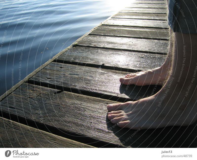 Am Morgen Meer See Mann einzeln Steg frisch Holz Stimmung stehen ruhig Einsamkeit Außenaufnahme Licht Aussicht Detailaufnahme Perspektive Fuß atmospähre