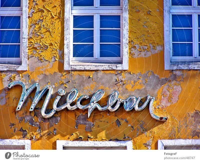 Die alte Milchbar blau Haus gelb Farbe Fenster Holz Baustelle Gastronomie Backstein trocken Ostsee Rahmen Lack