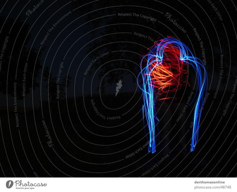 Blaumann mit Herz Mann dunkel Leuchtspur Geschwindigkeit Aktion durcheinander Schwung Einsamkeit stagnierend Langzeitbelichtung herumfuchteln seltsam umrandet