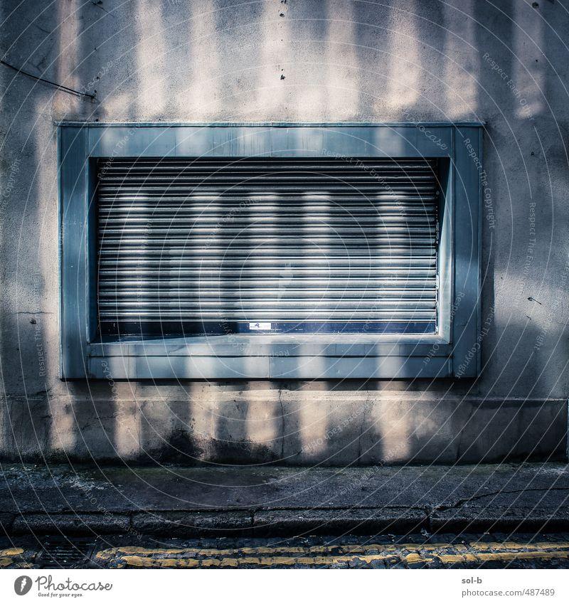 blau alt Stadt dunkel Fenster Wand Tod Mauer Gebäude Linie Arbeit & Erwerbstätigkeit dreckig Häusliches Leben Armut geschlossen Stadtzentrum