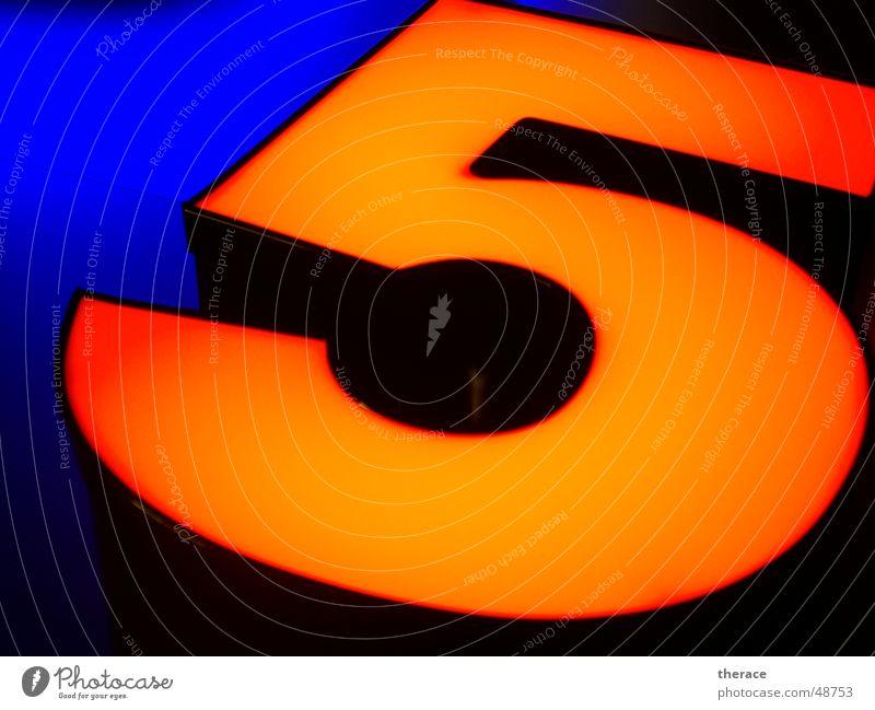 Profil 5 blau schwarz Lampe orange Schriftzeichen Ziffern & Zahlen Spiegel Werbung Typographie Neonlicht Zarge Umleimer