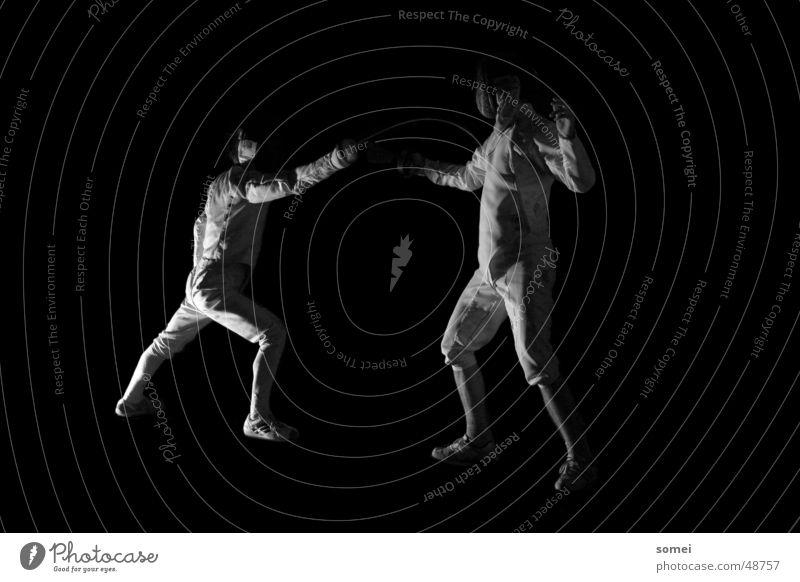 Treffer Fechten dunkel Licht Kampfsport Kämpfer Schutzbekleidung Waffe Schwert Degen Ausfall Sportveranstaltung Schwarzweißfoto Kontrast Sportler Körperhaltung