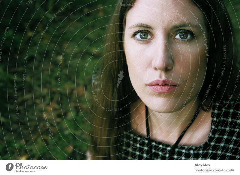 grün Jugendliche schön Junge Frau ruhig 18-30 Jahre Erwachsene Auge Gefühle Gras Kopf elegant Sträucher Mund ästhetisch Kommunizieren beobachten