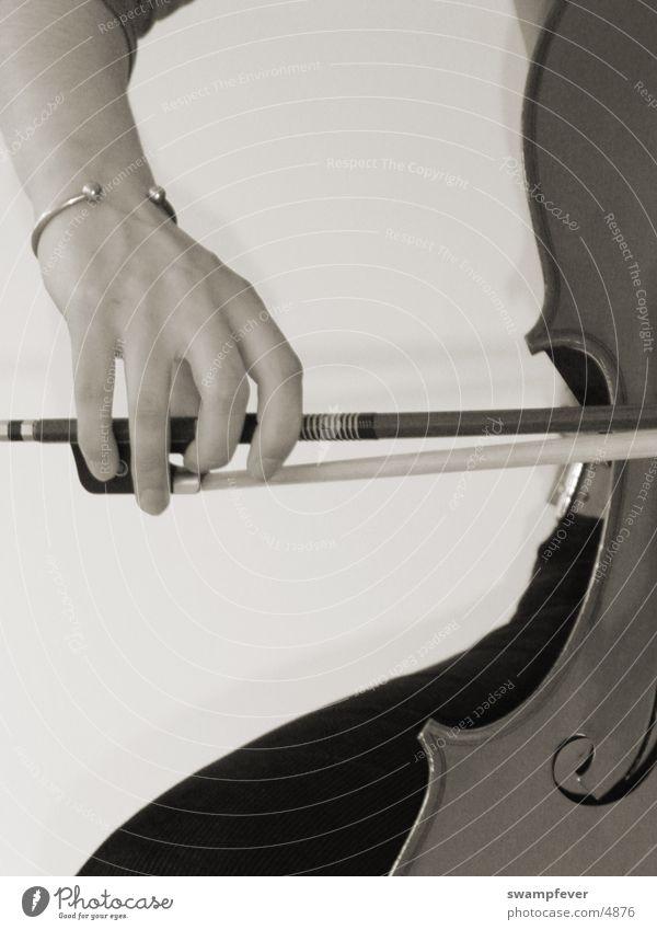 Cellistin Frau Hand Musik Holz Arme Finger Körperhaltung Freizeit & Hobby streichen Musikinstrument Bogen Armband Cello Armreif