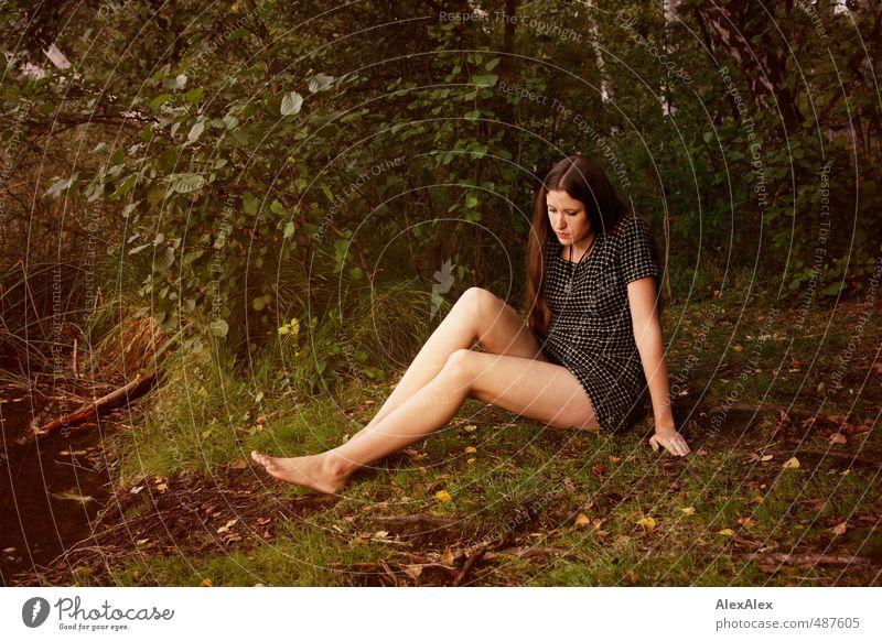 Jenny Jane Natur Jugendliche schön Baum Junge Frau ruhig Wald 18-30 Jahre Erwachsene Erotik Gefühle Gras Beine sitzen Sträucher Ausflug