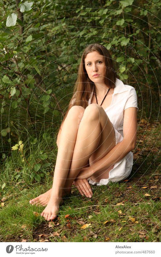 Jenny! schön Ausflug Junge Frau Jugendliche Körper Beine 18-30 Jahre Erwachsene Pflanze Gras Sträucher Moos See Kleid Barfuß brünett langhaarig beobachten