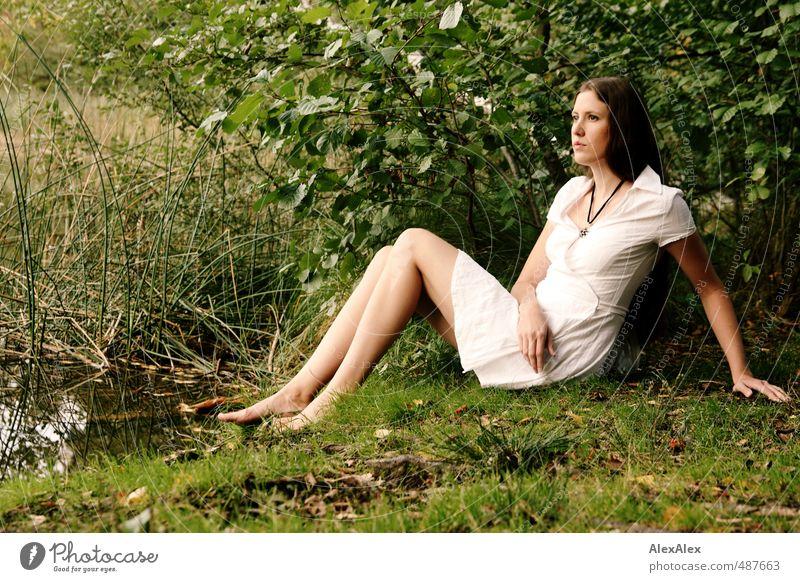 Seeelfe Ausflug Abenteuer Junge Frau Jugendliche Beine Fuß Barfuß 18-30 Jahre Erwachsene Natur Gras Sträucher Moos Wald Kleid brünett langhaarig entdecken