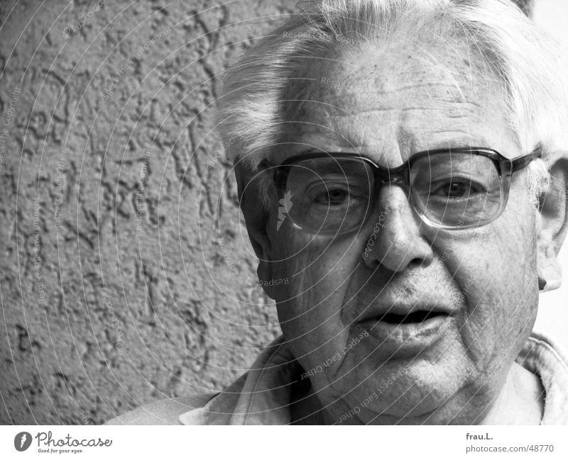 Vater Mann Senior Porträt Brille Großvater weißhaarig Vertrauen 80 jahre Gesicht Schwarzweißfoto