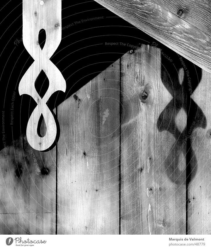 Holz-Zopf Gebäude Haus Schlagschatten Furche Astloch Ornament ausgesägt Landhaus Dachgiebel Scheune Handwerk Kunst Tischler Zimmerer Bayern Oberbayern Holzmehl
