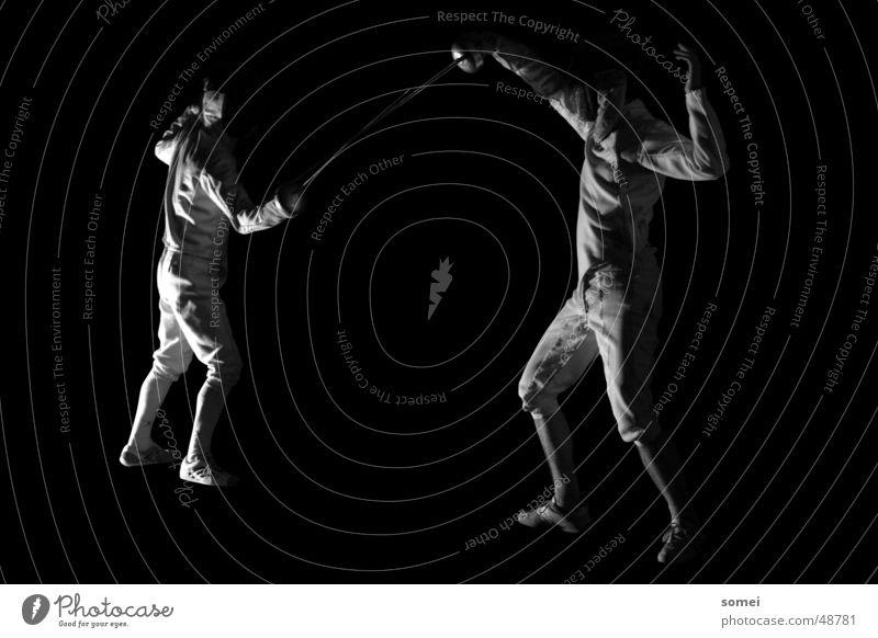 Abwehr Fechten dunkel Licht Kampfsport Kämpfer Schutzbekleidung Waffe Schwert Degen Ausfall Sportveranstaltung Schwarzweißfoto Kontrast Sportler Körperhaltung
