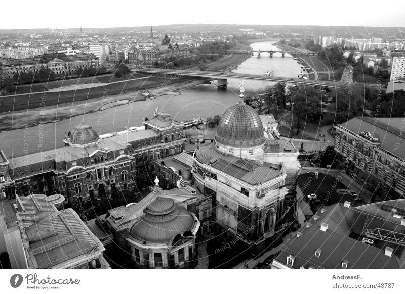 Blick über Dresden Stadt Deutschland Horizont Aussicht groß Kultur Brücke historisch Sehenswürdigkeit Altstadt Sachsen Elbe Erneuerung Frauenkirche Semperoper