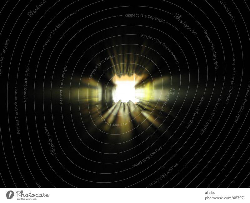 der Tunnel dunkel Licht lang Ende des am Lichterscheinung Beleuchtung Röhren