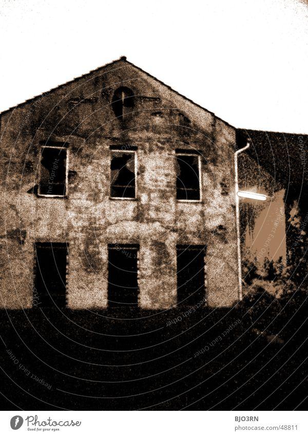 the lost #08 Haus dunkel Fabrik Gebäude Nacht Lagerhalle Dach Industriefotografie Fenster Abend Landkreis Osnabrück Kontrast dark window roof