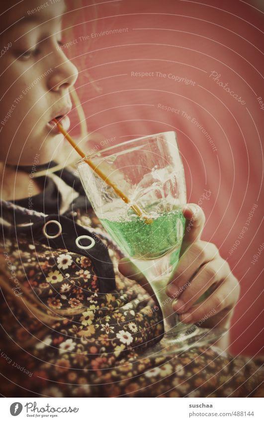 puddelbrühe Getränk trinken Glas Trinkhalm feminin Kind Mädchen Kindheit Leben Körper Haut Kopf Gesicht Auge Nase Mund Lippen Hand Finger 1 Mensch 8-13 Jahre