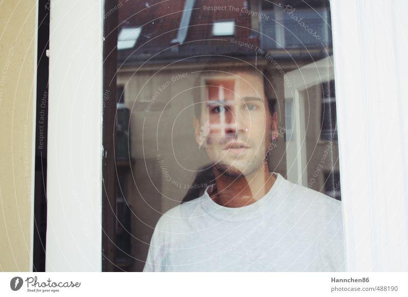 am Fenster Mensch maskulin Junger Mann Jugendliche Leben Kopf 1 18-30 Jahre Erwachsene Stadtzentrum Haus Architektur Fassade Balkon Tür Dach Mode Bekleidung
