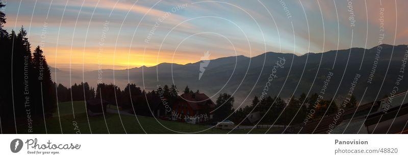 Sommer Abend in Birnberg Sommer rot Haus Aussicht Alpen Abenddämmerung Tal Berghang sommerlich Bergkette Sommerabend Berghütte Bundesland Steiermark Wolkenformation Österreich Wolkenschleier