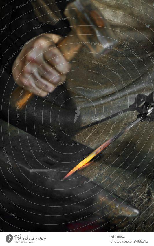 der schmied Mann Hand dunkel Erwachsene Arbeit & Erwerbstätigkeit dreckig Kraft Beruf heiß Tradition Stahl Handwerk Eisen Leder Handwerker glühen