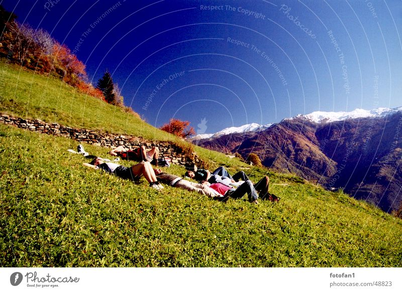 sich´s einfach gut gehen lassen Frau Mensch Mann Himmel blau Farbe Schnee Erholung Herbst Wiese Berge u. Gebirge Kraft schlafen mehrere fallen analog
