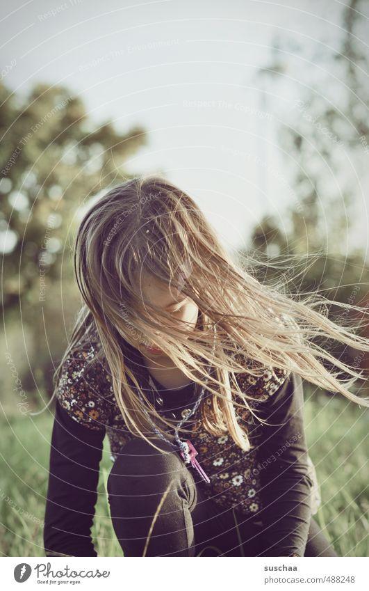 foto mit mädchen III feminin Kind Mädchen junges Mädchen weiblich Kindheit Kopf Haare & Frisuren 8-13 Jahre Umwelt Natur Sommer Herbst Klima Wiese Schlüssel