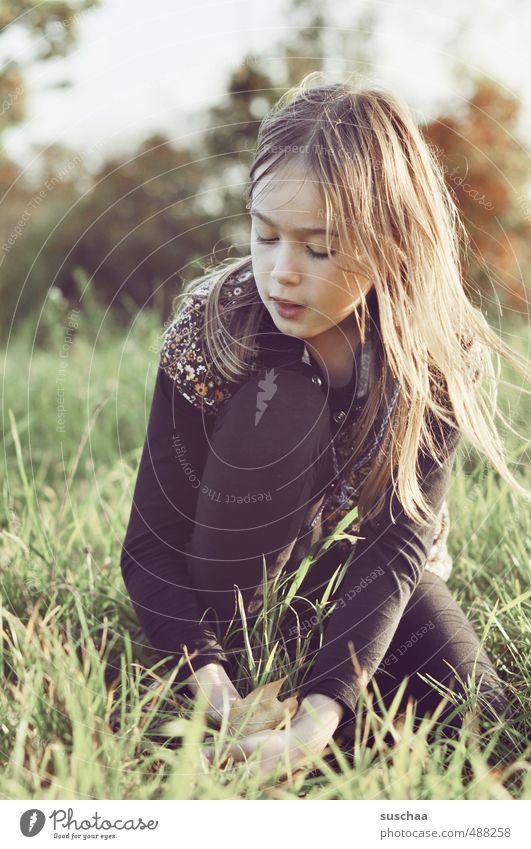 foto mit mädchen II Mensch Kind Himmel Natur Jugendliche Junge Frau Mädchen Gesicht Umwelt Auge Wiese feminin Herbst Gras Haare & Frisuren Kopf