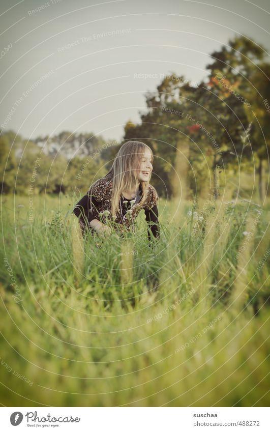 fräulein e. Mensch Kind Himmel Natur grün Pflanze Baum Landschaft Mädchen Gesicht Umwelt feminin Herbst Gras lachen Haare & Frisuren