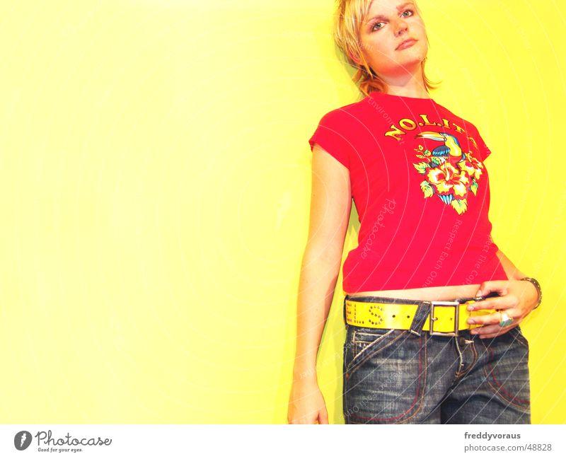 no.lita*3 Frau rot gelb Model Jeanshose T-Shirt Gürtel