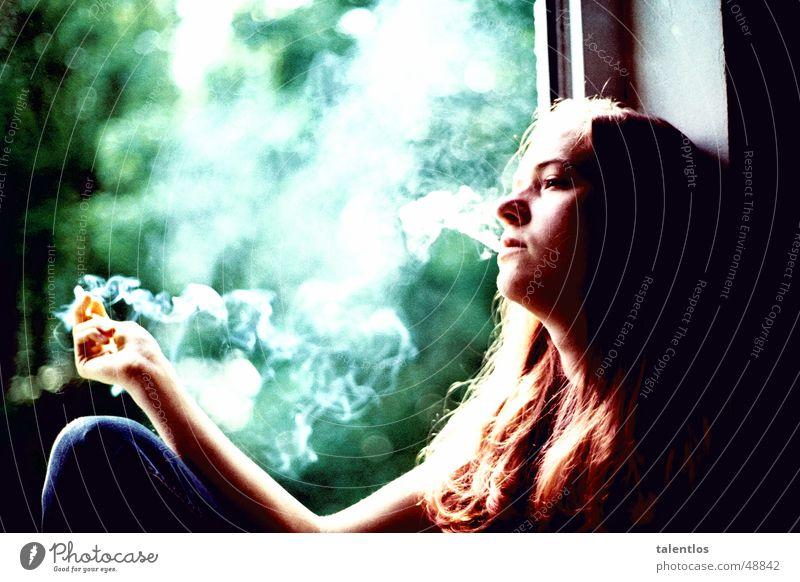 die unerträgliche leichtigkeit des seins Frau Fenster Traurigkeit Denken sitzen Trauer Rauchen Rauch Zigarette Fensterbrett