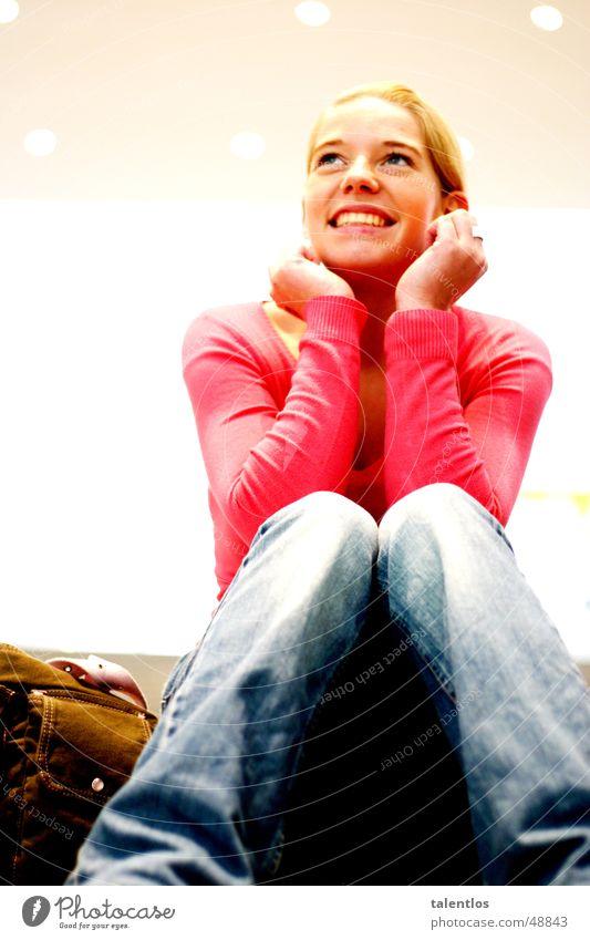 just goodlooking Mädchen Frau blond rosa Fröhlichkeit sitzen lachen föhlich Jeanshose