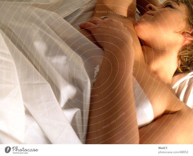 Relaxing-Bella 01 Frau Jugendliche Hand Auge nackt Mund Haut schlafen Frauenbrust Dame Brust
