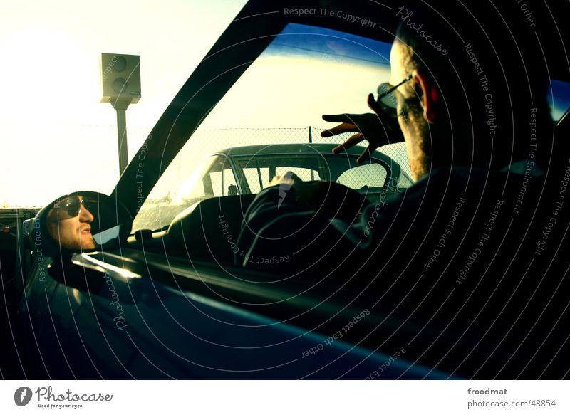 Fuck off - Flash Jugendliche dunkel PKW Verkehr Geschwindigkeit Sicherheit Brille fahren Spiegel fangen Wut Bart dumm Mobilität Fahrzeug Autofahren