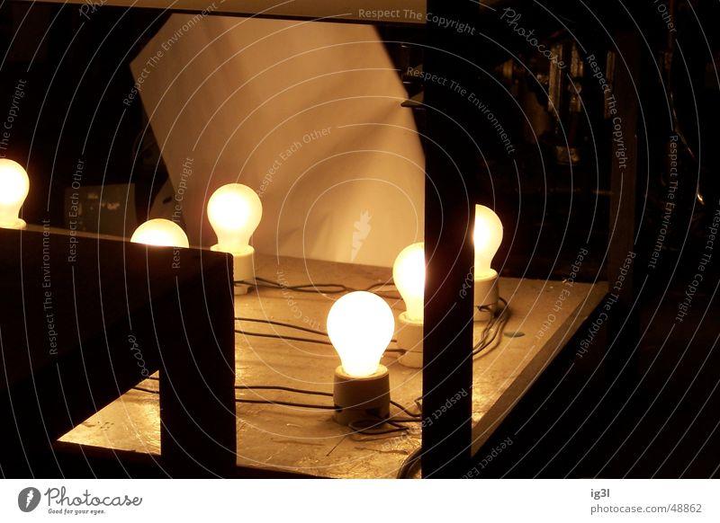 im Dunkeln... Lampe dunkel Beleuchtung Elektrizität glühen Eindruck