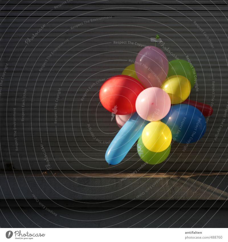 Mauer | Kontrastprogramm Party Feste & Feiern Geburtstag Stadt Haus Wand Fassade Fenster Fensterbrett Jalousie Luftballon hängen eckig Freundlichkeit
