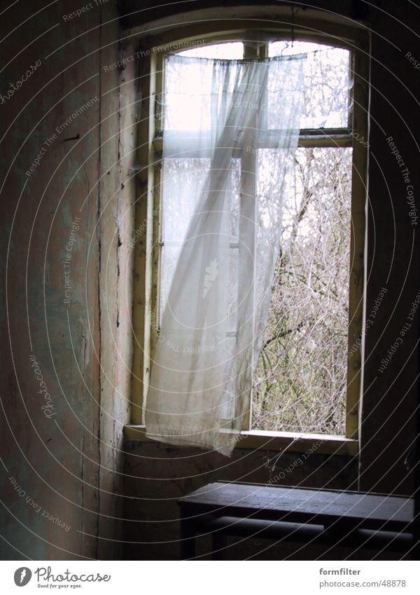abandoned bedroom Schlafzimmer Gardine Vorhang Einsamkeit curtain window lonely loneliness
