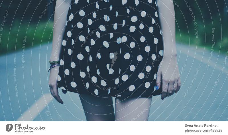 . Mensch Jugendliche blau Hand Junge Frau 18-30 Jahre Erwachsene kalt Straße feminin Beine außergewöhnlich Mode Arme laufen stehen