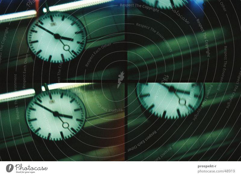 6 vor 4 mal 4 Uhr Zeit Aktion Lomografie grün schwarz Eisen Stil Bahnhof Uhrenzeiger Decke Eisenbahn motion Bewegung
