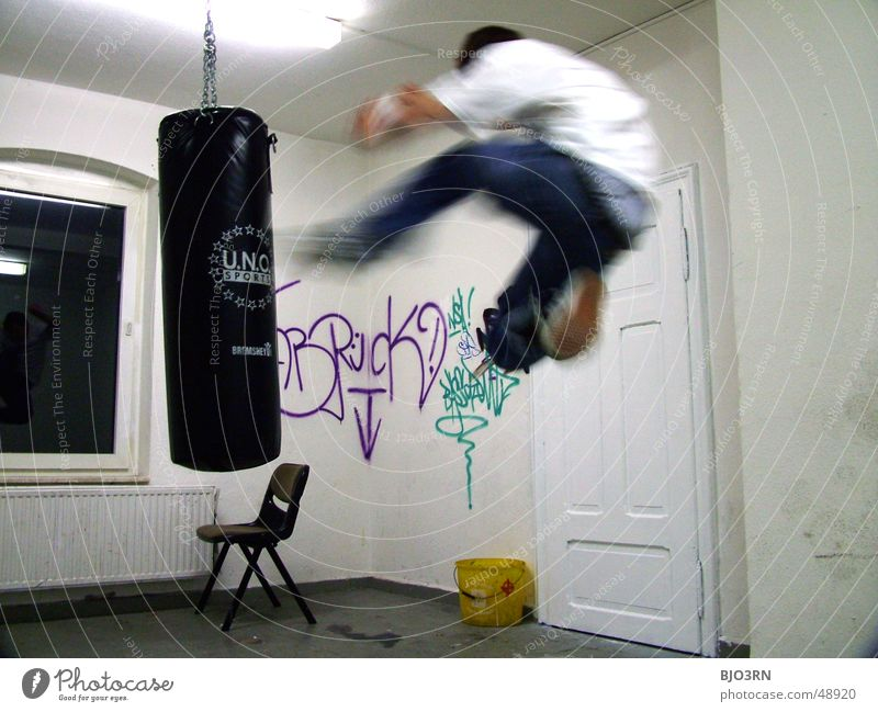 Air Force Mann Freude Sport springen fliegen trist Stuhl Gewalt Ärger Aggression Hass Schlag schlagen Kampfsport treten karg